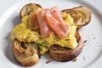 Scrambled eggs and smoked salmon croissants | Яичница-болтунья с копченым лососем на круассанах